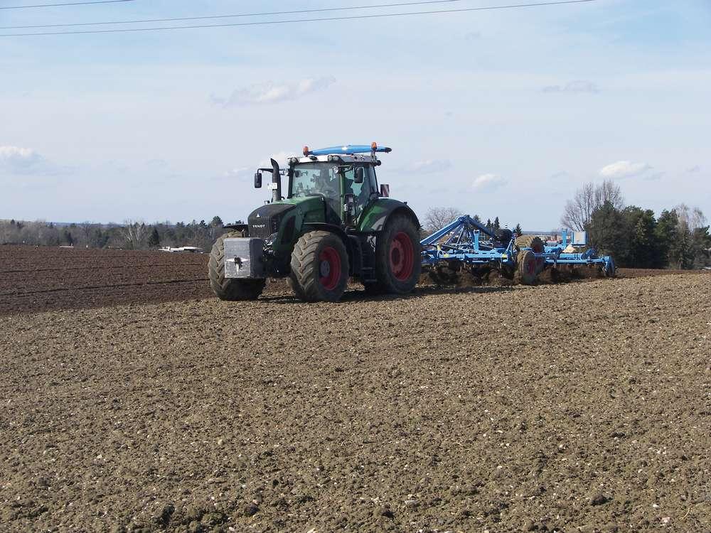 Traktor beim Pflügen