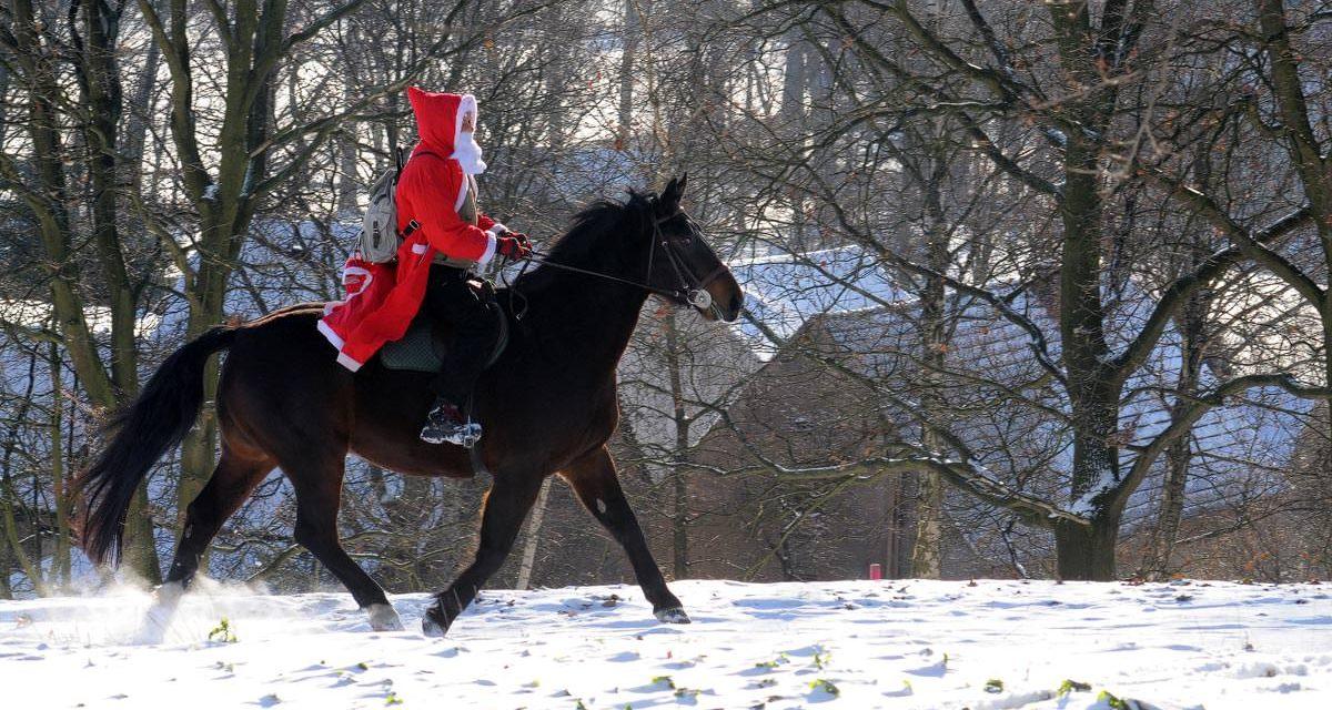 Der Weihnachtsmann reitet auf einem Pferd