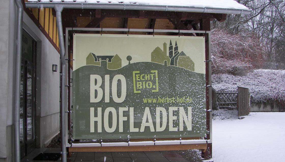 Schild Bio-Hofladen im Schnee