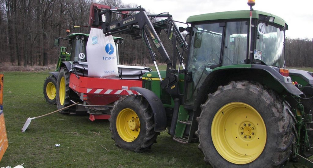 Traktor lädt Dünger